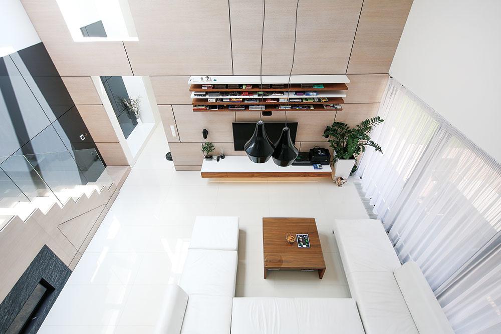 Minimalistickému interiéru dominuje biela farba – biela je gresová dlažba aj väčšina stien, biela sa objavuje aj na nábytku a textíliách. Harmonicky ju dopĺňajú dva druhy dreva – bielený dub a orech,  z ktorých je vyhotovený obklad stien a nábytok.
