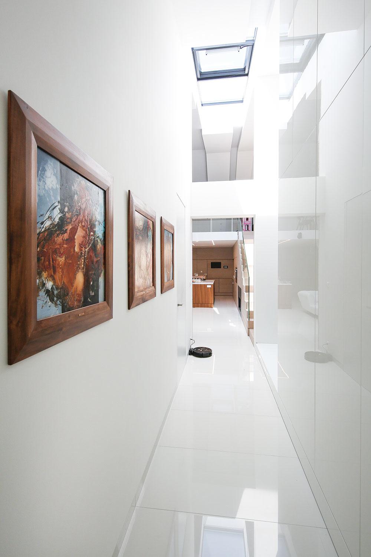 Možnosti súkromia. Na dennú časť nadväzuje na jednej strane izba pre hostí, na opačnej strane chodba, ktorá vedie do nočnej zóny domu. Tu sa nachádza spálňa rodičov, hlavná kúpeľňa a študentská izba s vlastnou kúpeľňou – miestnosti sú radené za sebou tak, aby mala každá kontakt s exteriérovou terasou.