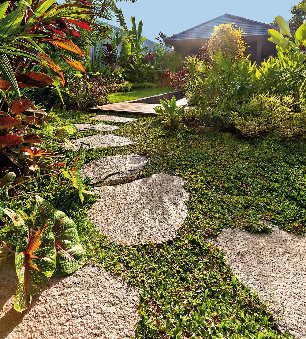 Priestor doprajte nielen rastlinám, ale isebe. Záhradu netreba za každú cenu zahustiť zeleňou či záhonmi sokrasnými kvetmi. Vytvorte si miesto, kde sa môžete prejsť, sadnúť si, ľahnúť si, tancovať. Jednoducho priestor, kde sa môžete nadýchnuť vy, vaše deti iváš pes.