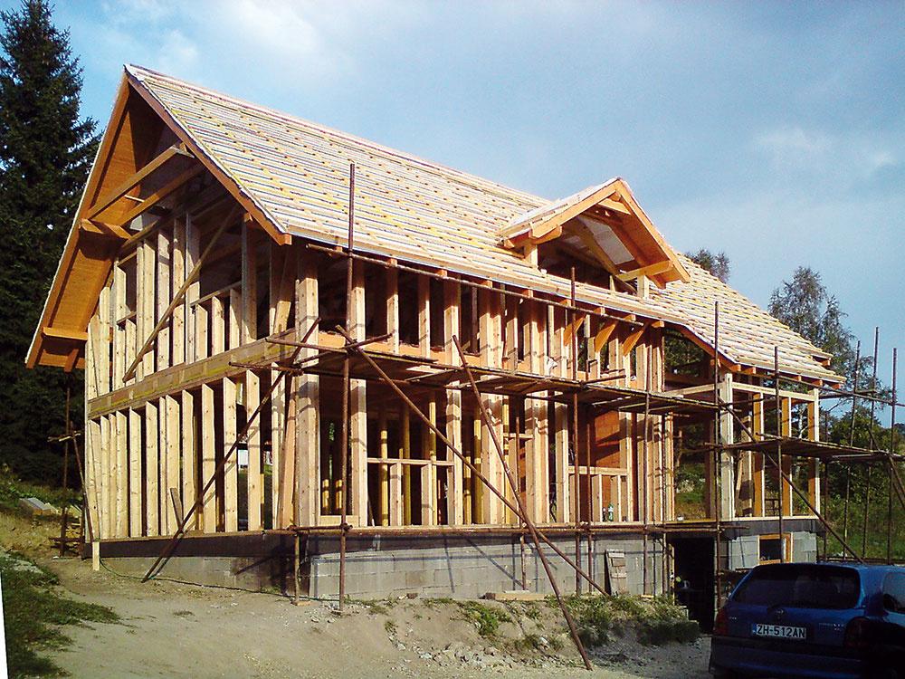 Stĺpikový systém sa zhotovuje priamo na stavbe avďaka jednoduchej konštrukcii spájanej klincami alebo skrutkami je vhodný aj na svojpomocnú výstavbu. Umožňuje významnú úsporu nákladov, nevýhodou je však dĺžka výstavby avysoká citlivosť na poveternostné vplyvy aj kvalitu realizácie.