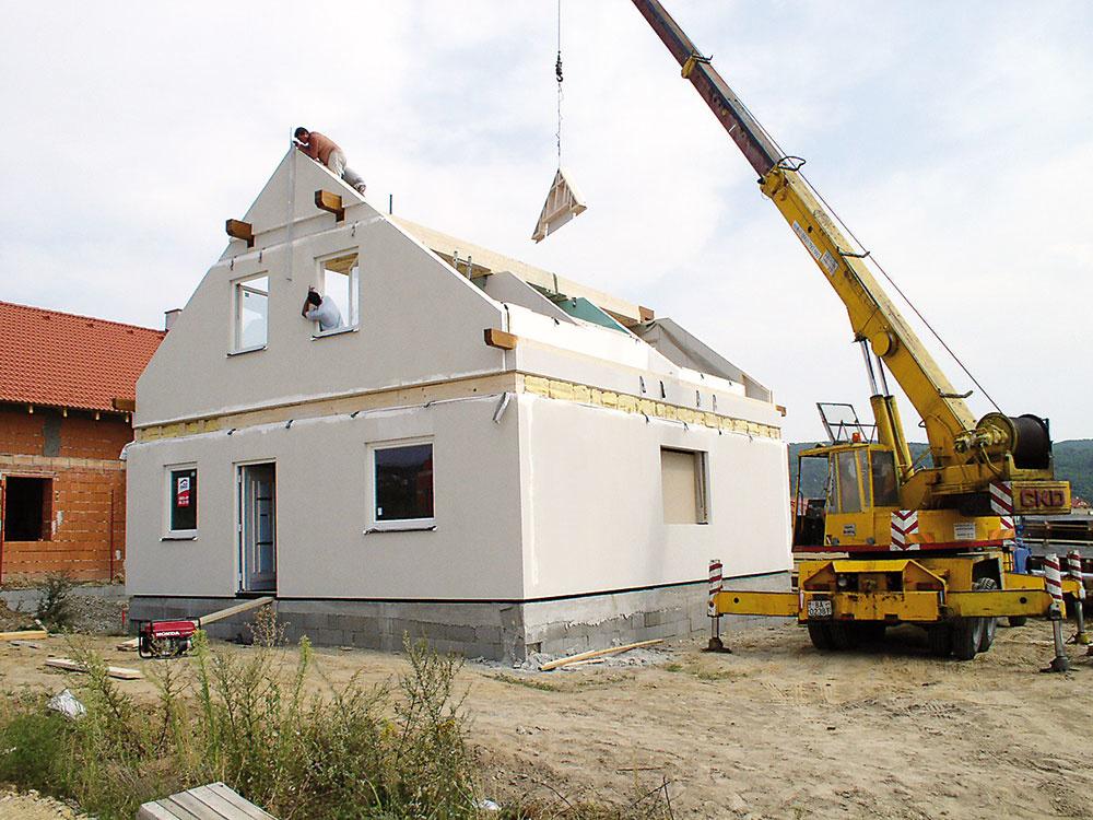 Rýchla výstavba je asi najvýraznejšou prednosťou systému zprefabrikovaných drevených panelov – takto môže vyzerať tretí deň montáže jednoduchého rodinného domu. Šírka panelov je od 1,2 m pri svojpomocnej montáži bez nárokov na mechanizmy až po 12 m. (Foto O. Holloš)