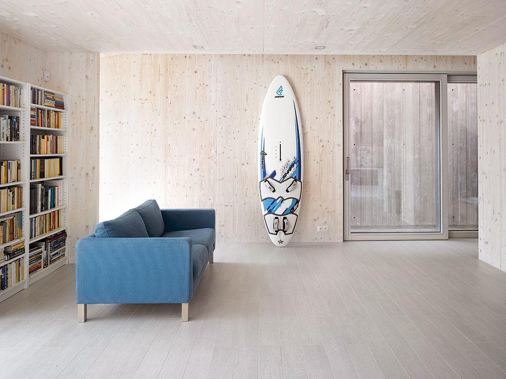 Priznané drevené steny sú typickou črtou domov zpohľadových masívnych drevených panelov. Pre pôsobivú atmosféru, ktorú materiál vinteriéri vytvára, aj konštrukciu sviacerými prednosťami je tento systém hitom súčasných drevostavieb.(Difúzne otvorená drevostavba zCLT panelov Novatop, autori Atelier SAEM)