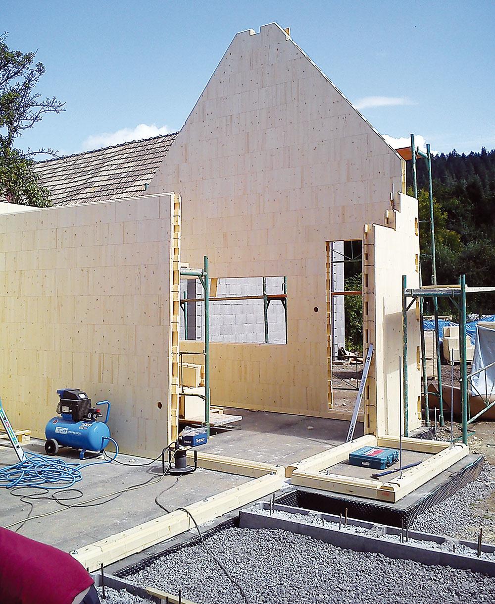 """Tradičný materiál, ale súčasná technológia, tradičná dispozícia, prispôsobená dnešným predstavám obývaní – to je dom vLučatíne od architekta Jara Krobota. Postavili ho zprefabrikovaných tvaroviek švajčiarskeho systému STEKO. Jeho základom sú """"tehly"""" zmasívneho smrekového dreva, ktoré sa môžu plniť rôznymi druhmi sypanej afúkanej izolácie. Postup výstavby je rýchly – steny akrov vrátane izolácie aelektrických rozvodov boli hotové za päť dní."""