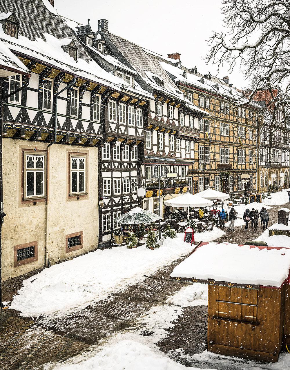 Pôvabné stavby spriznanou drevenou kostrou nie sú typické pre naše končiny. Ich podstatou je náročne spracovaná konštrukcia zkvalitných drevených trámov, ktorá je výrazným acharakteristickým prvkom architektúry hrazdených domov. (Hrazdený dom vQuedlinburgu vnemeckej spolkovej krajine Sasko-Anhaltsko. Veľká časť starého mesta je zapísaná vZozname svetového kultúrneho dedičstva UNESCO.)
