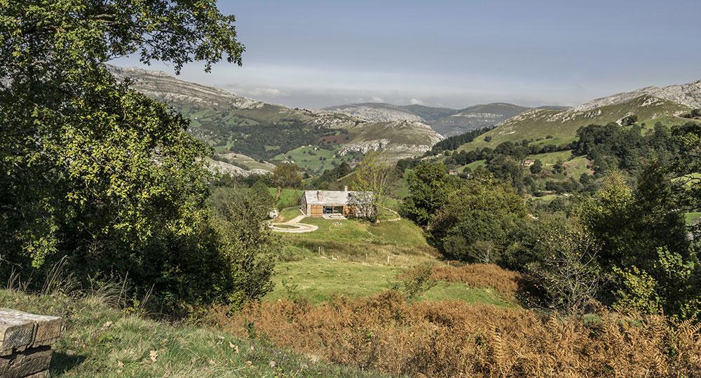 Pasívny dom s kamennou fasádou a veľkými preskleniami vyrástol na mieste totálnych ruín
