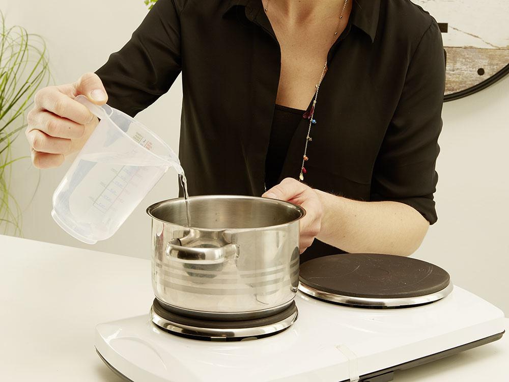 2. ŽELATÍNA Do hrnca nalejeme studenú vodu, pridáme štipku soli aželatínové listy. Miešame pri miernej teplote dovtedy, kým sa želatína nerozpustí.