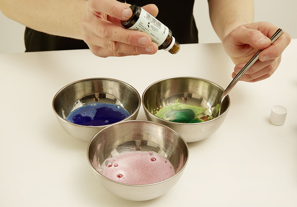 4. FARBENIE Aby to mali deti pestrejšie, rozdelíme si hmotu do troch menších misiek. Do každej misky pridáme inú farbu do kúpeľa.