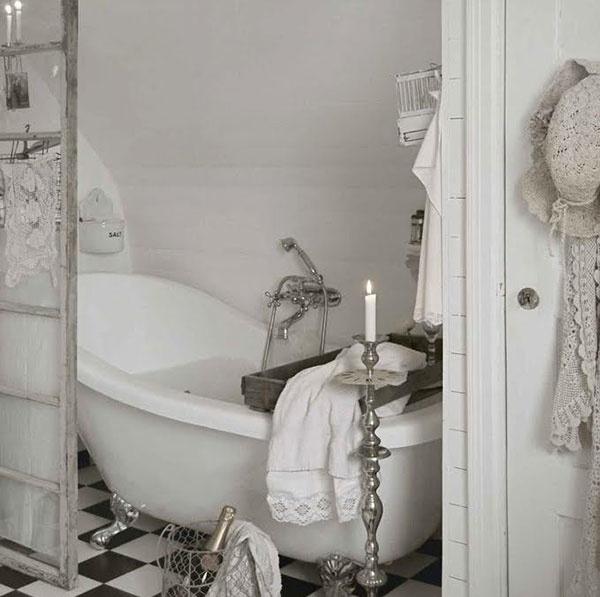 Kúpeľňové trendy na tento rok: Matná čierna, dlhé závesy a starožitnosti