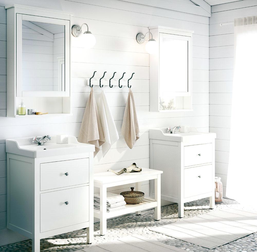 Kto povedal, že biela je nudná? Ak zvolíte nadčasové biele vyhotovenie kúpeľne, máte skvelú príležitosť vyhrať sa sdoplnkami atextíliami. Čisté línie perfektne doplnia košíky zprírodných materiálov, ako aj dekorácie vtlmených pastelových farbách. Biely interiér kúpeľne navyše pôsobí čisto aelegantne.