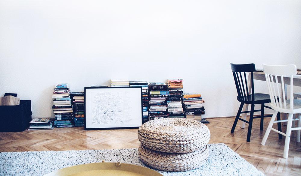 Knihy v obývačke položené na zemi sú len dočasným riešením. V pláne je knižnica podľa Zuzkiných predstáv.