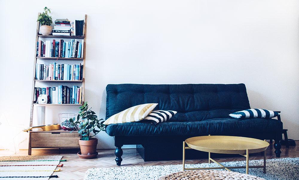 Rozkladacia pohovka v obývačke je nielen veľmi štýlovým, ale aj praktickým kúskom nábytku.