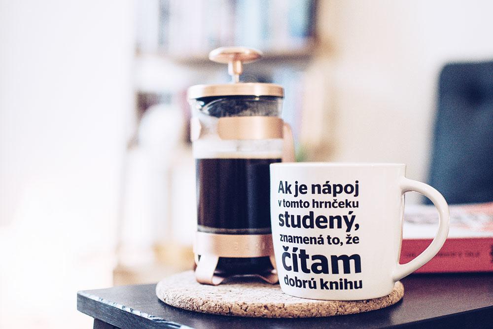 Káva a knihy. Dve najväčšie Zuzkine závislosti.