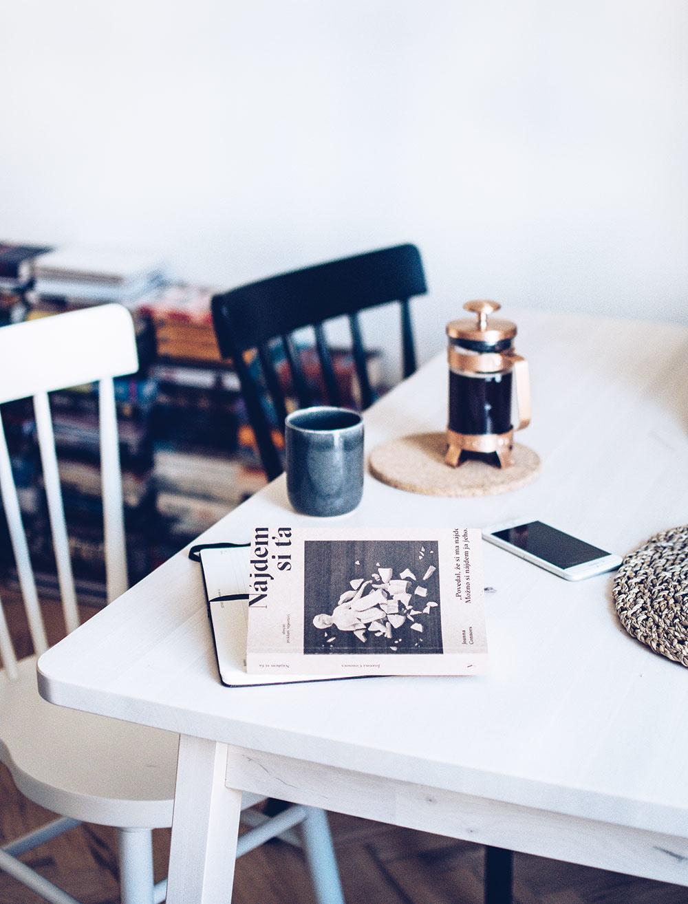 Šálka rannej kávy v spojení s dobrou knihou je ideálnym začiatkom dobrého dňa.
