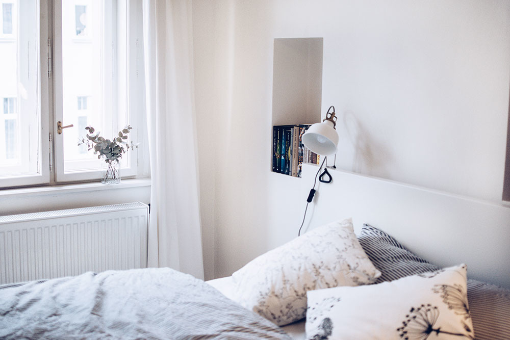V pražskom byte sú zachované aj pôvodné repasované drevené okná spolu s pôvodnými kľučkami. Na tom si dala majiteľka bytu skutočne záležať.