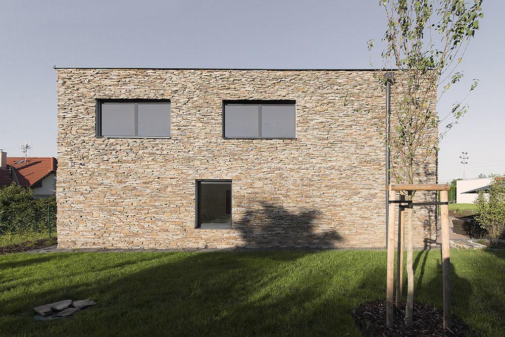 Dvojpodlažný rodinný dom s bridlicovou fasádou a veľkou záhradou