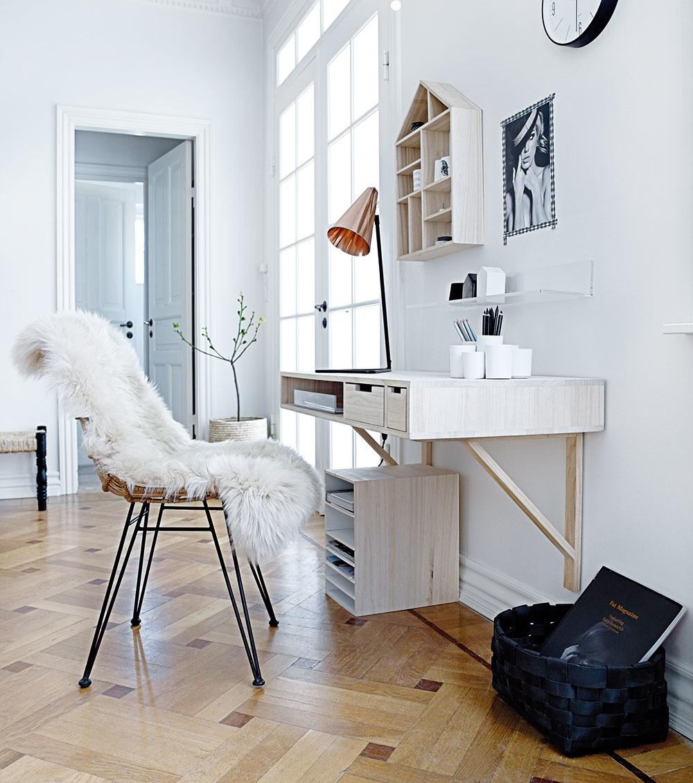 Stôl upevnený na stene priestor zbytočne nezahltí.