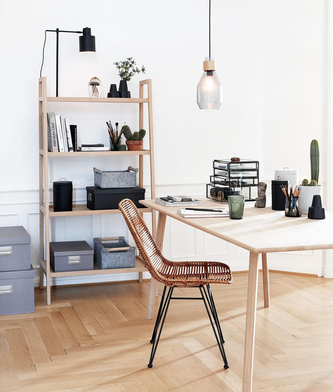 Úložné možnosti  Mnohé pracovné stoly často nemajú zásuvky, preto sa oplatí myslieť na to, že by pri ňom mala mať svoje miesto aj menšia knižnica alebo komoda, do ktorej odložíte všetky písomnosti ainé nevyhnutnosti. Umiestniť ich môžete do rôznych košov aškatúľ, ktoré priestor pekne dotvoria.