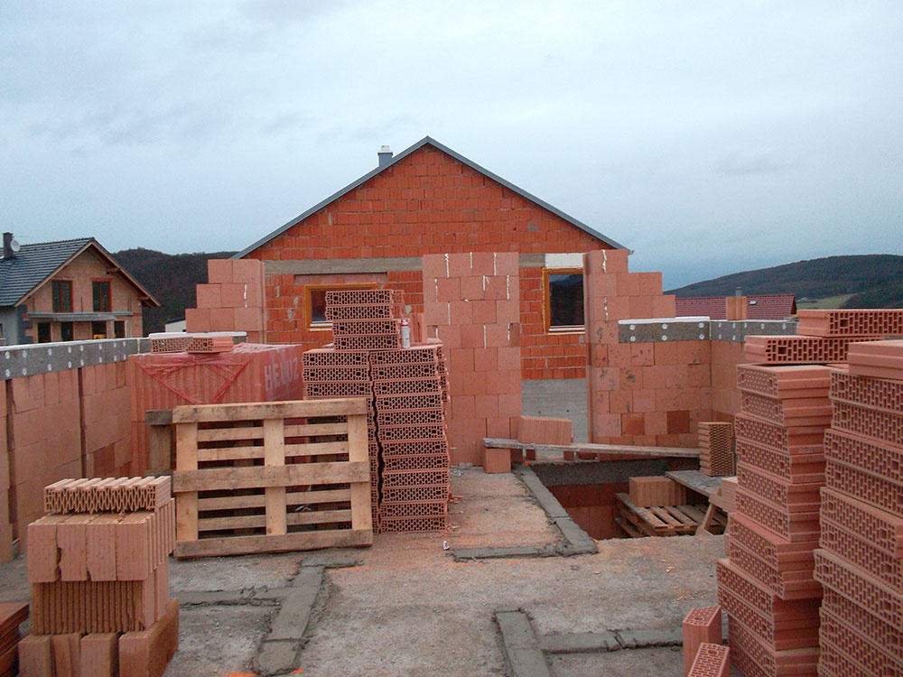 Podľa slov investora sa pri výstavbe domu neobjavili nejaké materiálové ťažkosti. Potvrdzuje to i rýchlosť murovania pri dokončení hrubej stavby, ale i termín odovzdania domu na nasťahovanie, ktorý bol v auguste 2012.