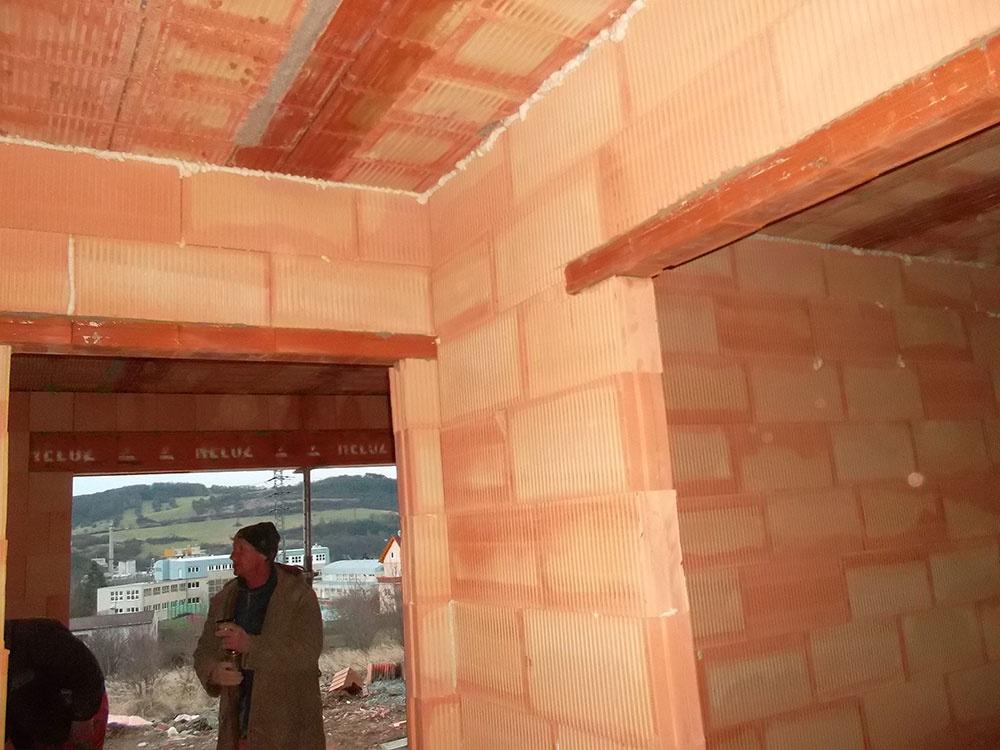 Realizačná firma Progress project s.r.o., mala a má s materiálmi HELUZ veľmi dobré skúsenosti. Uprednostňujú ich výber na stavbu domov pre ich výborné tepelnoizolačné vlastnosti i pre ľahké získanie parametrov nízkoenergetického domu z jednovrstvovej konštrukcie.