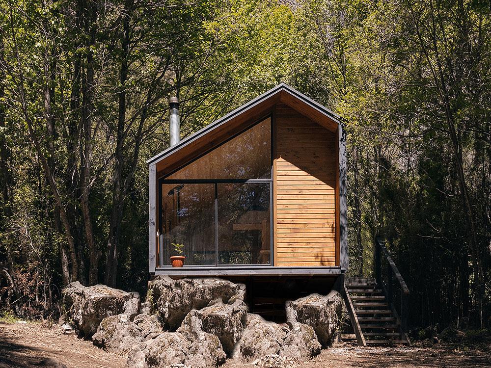 Malý domček v prírode pre dobrodružný pár