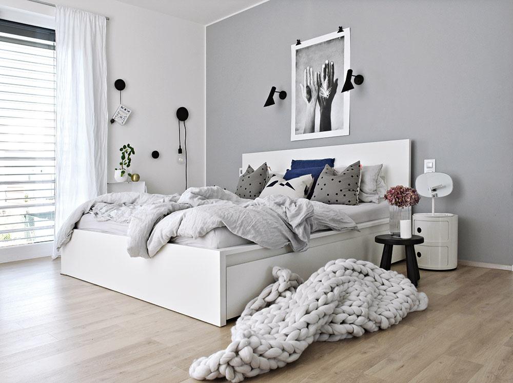 Spálňa dýcha pokojom aharmóniou. Vnášajú ju sem pastelové tóny prikrývok, vankúšov apovlečenia, ktoré sa dajú jednoducho meniť tak, aby doplnili jednoduchú posteľ zIkey asivo-bielo-drevený základ miestnosti.