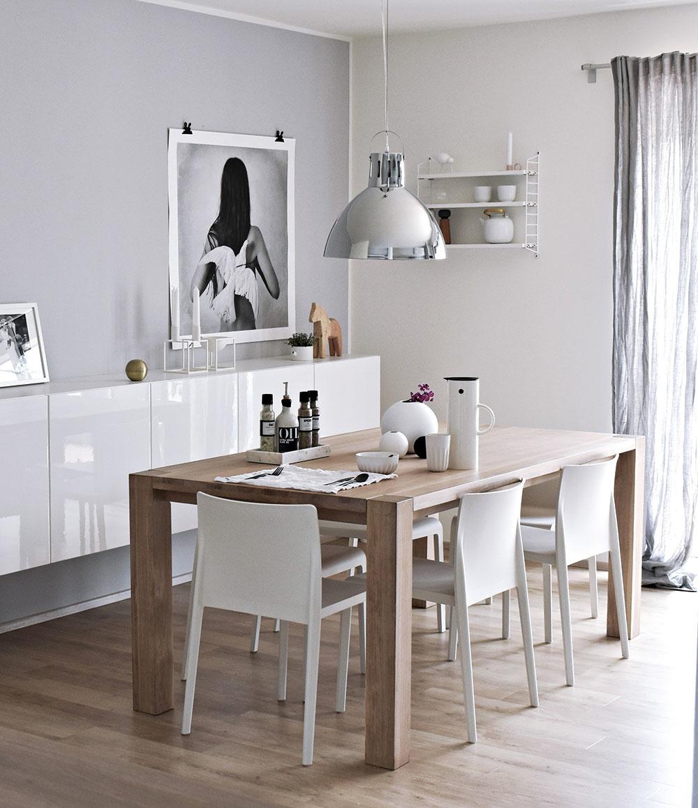 Jedálenský stôl zdubového masívu je vyrobený podľa Klárinho návrhu. Dopĺňa ho výrazné kovové závesné svietidlo zTchiba.