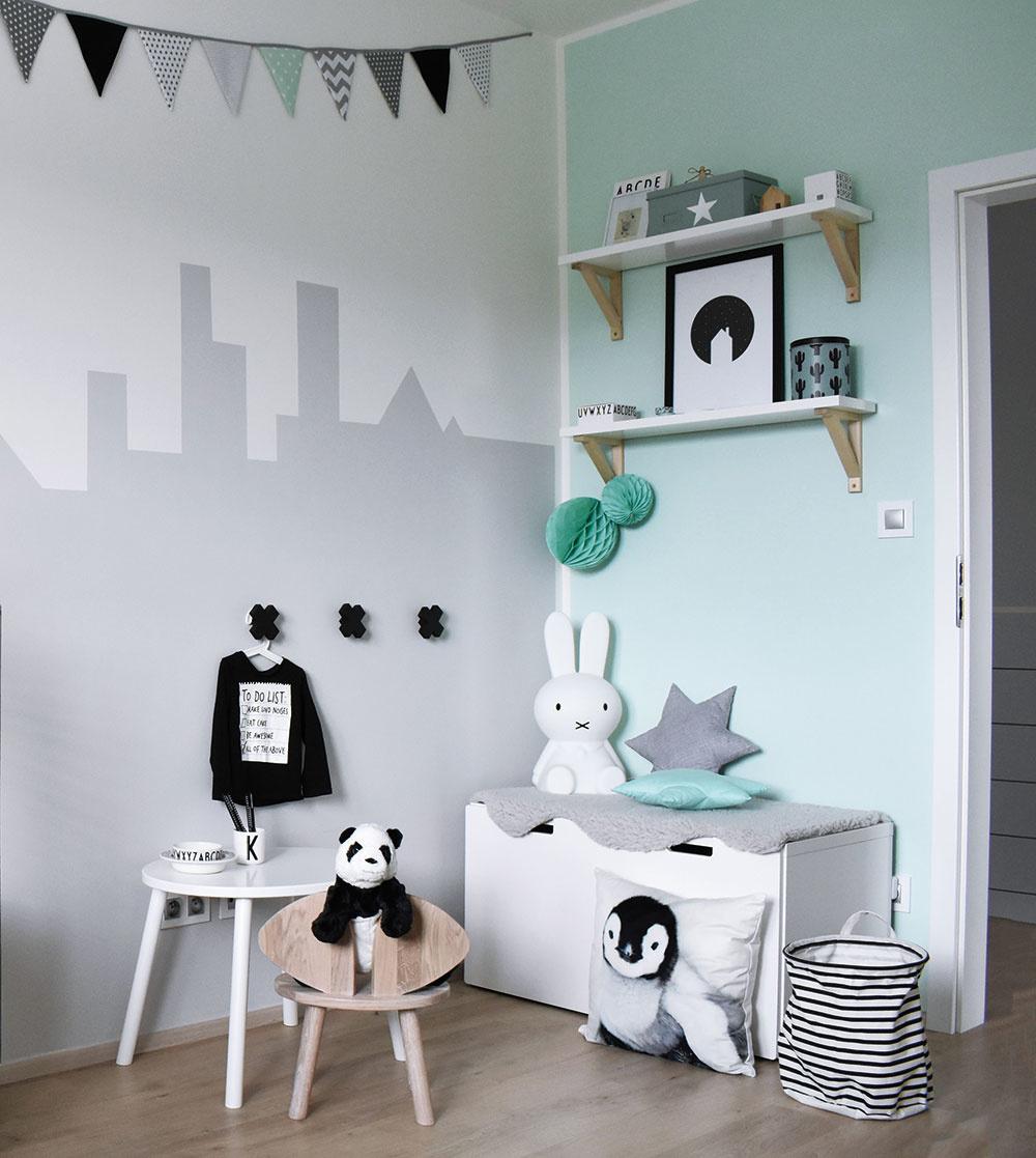 Pri zariaďovaní detskej izby sa Klára nechcela uchýliť ktypickej modrej. Zvolila farbu mäty, ktorá je vškandinávskych interiéroch veľmi obľúbená aso sivou, bielou asvetlým drevom vytvára veľmi príjemnú kombináciu.