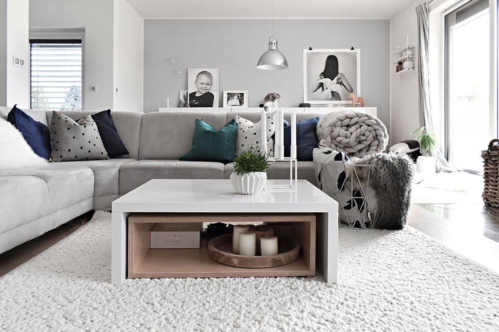 Pohodlná sivá sedačka je centrom obývačky. Neutrálne sivé tóny sú vtomto prípade podľa Kláry ideálnou voľbou – ľahko sa totiž dajú dopĺňať vankúšmi aplédmi podľa ľubovôle či ročného obdobia.