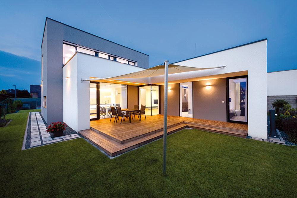 Efektný rodinný dom v Malinove vyskladaný z jednoduchých geometrických tvarov