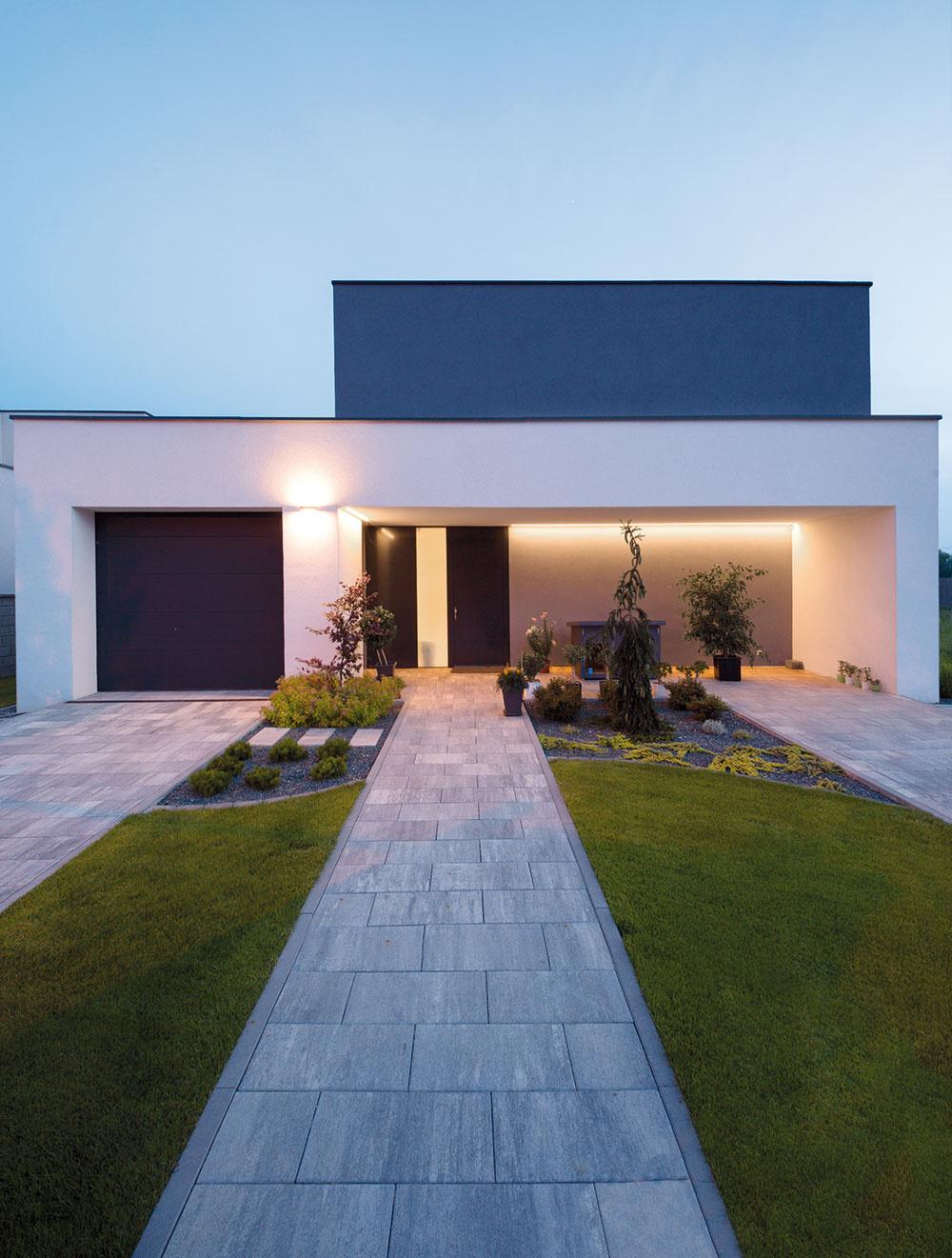 Smerom do ulice je orientovaný hlavný vstup do domu avjazd do garáže. Vstupnú časť tvorí priedomie, ktoré je zapustené do hmoty domu, čo ho chráni pred nepriazňou počasia. Tento priestor architekti ešte zdôraznili nasvietením línií zapustenej časti.