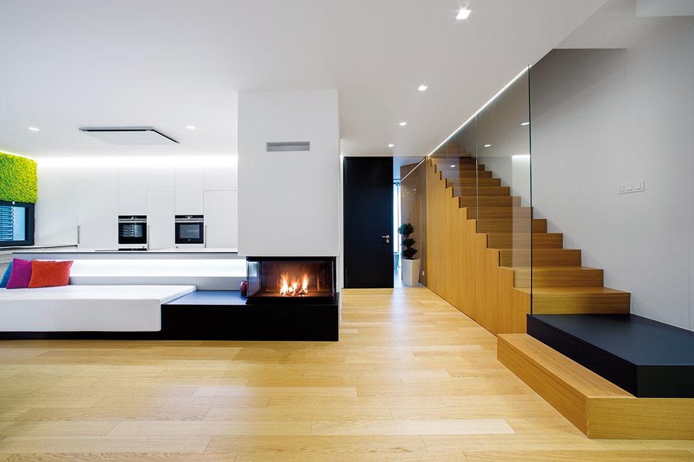 Nábytok dali architekti vyrobiť na mieru – tak, aby maximálne vyhovel potrebám obyvateľov domu. Dubové parkety aj ostatné použité materiály sú vpríjemnej symbióze so zeleňou, ktorou majiteľka doplnila interiér.