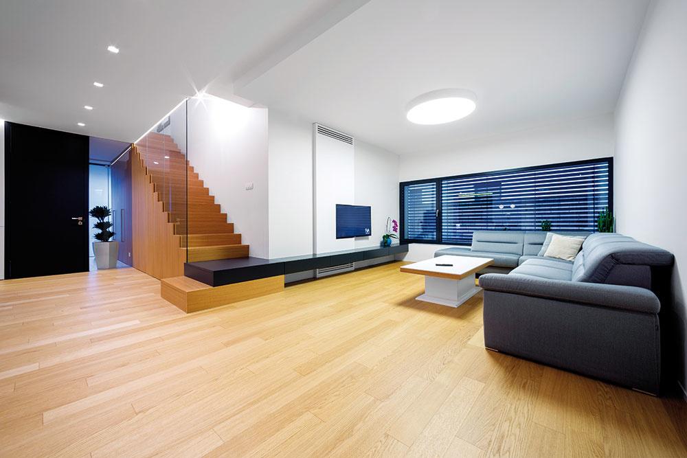 Veľká zasklená plocha vobývačke je orientovaná smerom koploteniu na hranici so susedným pozemkom. Vspolupráci so záhradným architektom tu zokrasnej zelene vznikol živý obraz, ktorý sa počas roka mení.
