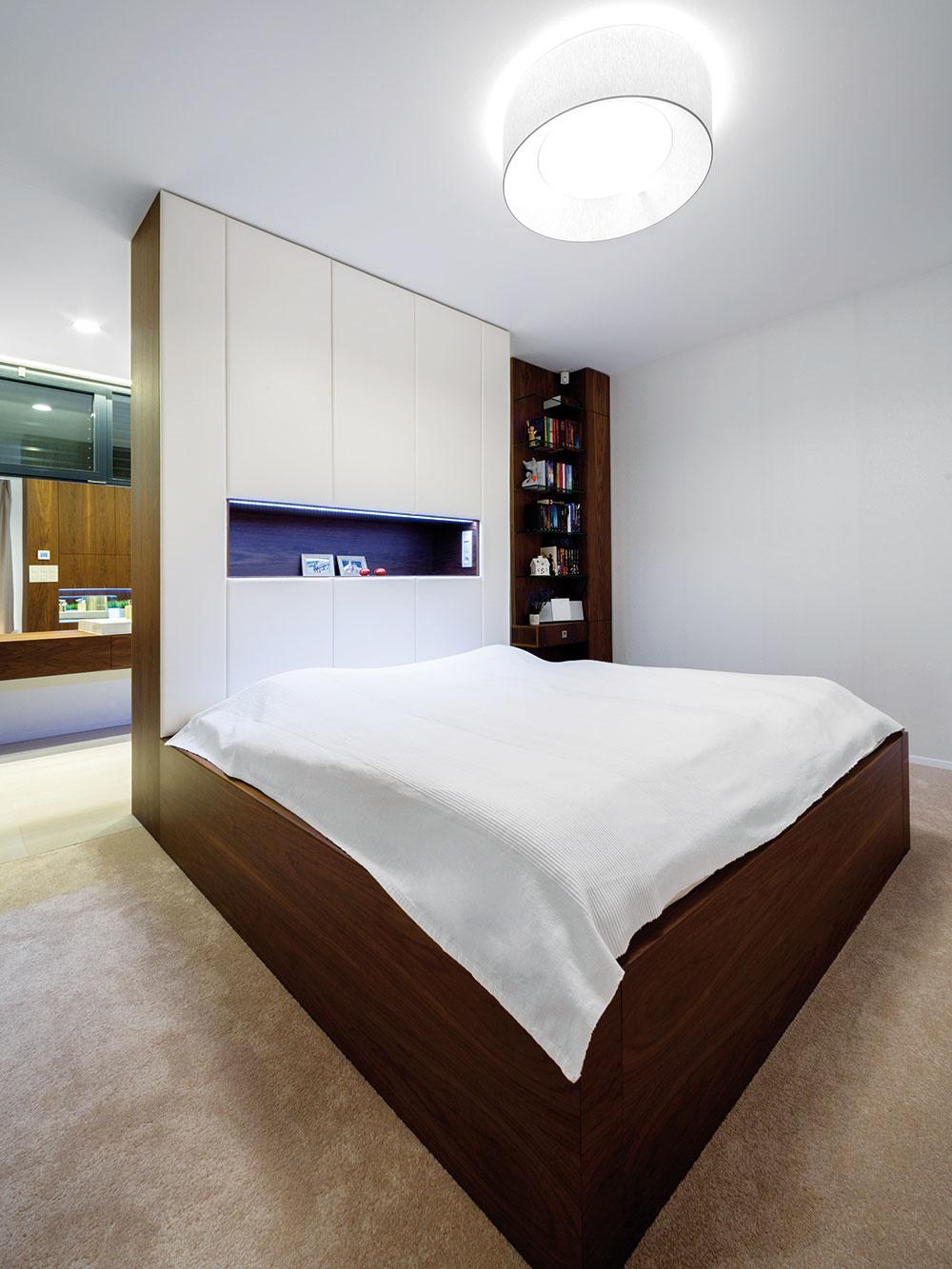 Nočná časť majiteľov je umiestnená za dennou zónou – tvorí ju ucelený blok pozostávajúci zo spálne, šatníka akúpeľne. Tieto priestory sú navzájom opticky prepojené. Zo spálne je priamo prístupná aj vonkajšia terasa.