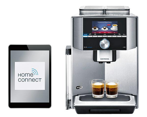 Kávovar Siemens EQ.9connect TI909701HC stechnológiou Home Connect ovládate cez smartfón alebo tablet. Špeciálna aplikácia neslúži len ako diaľkové ovládanie. Umožní tiež rozšíriť menu kávovaru oďalších 18 medzinárodných kávových špecialít (od austrálskeho Flat White cez viedenskú Melange až po kolumbijské Cortado), zostavíte si zoznam nápojov na mieru pre všetkých hostí akávovar vám ich jeden po druhom pripraví. Aplikácia ponúka celý rad kávových receptov, zaujímavé poznatky zo sveta kávy, ako aj digitálny návod, ktorý máte hneď poruke. Odporúčaná predajná cena 2 330 €. www.siemens-home.bsh-group.com/sk