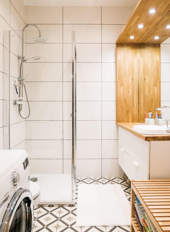 Lem okolo umývadla je tiež zdubového masívu atvorí vkúpeľni príjemný akcent. Retro dlažba za rozumnú cenu dodáva priestoru punc originality.