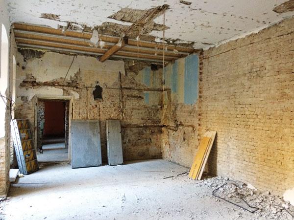 Takto vyzeral priestor, kde je dnes situovaná kuchynská časť, pred rekonštrukciou. Pôvodné murivo bolo zničené, pomiešané, preto dal majiteľ na stenu nový obklad ztehlových pásikov, ktorý sa do bytu vstarom dome hodí pocitovo aj symbolicky.