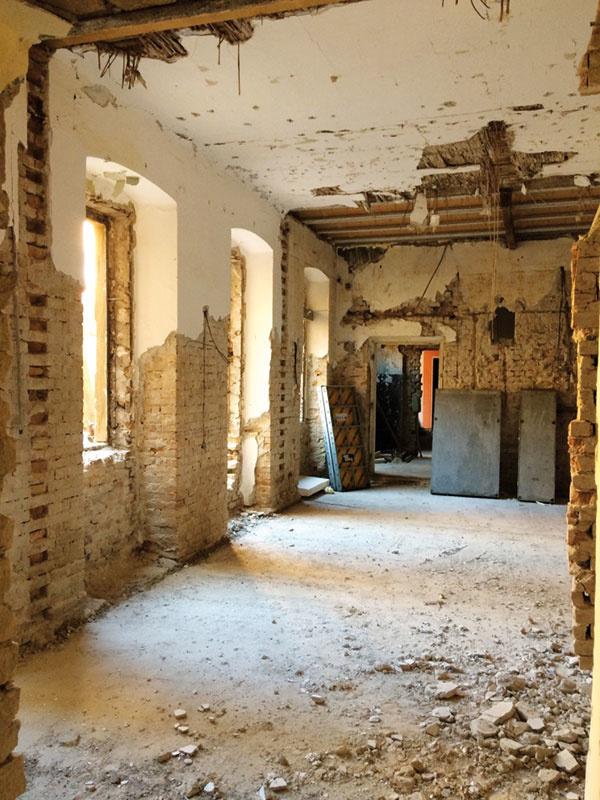 Samotnej prestavbe predchádzal pamiatkový výskum ainventarizácia architektonických prvkov vinteriéri aj exteriéri. Podarilo sa zachovať väčšinu pôvodných interiérových dverí, pôvodné schodisko či zábradlia. Naopak, okná museli byť vyrobené nanovo.