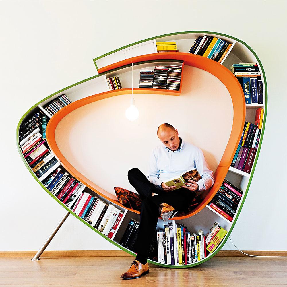 """Štýl 5 KREATÍVNA  Kto povedal, že knihy musia stáť vrade ako vojaci? Na trhu nájdete mnoho originálnych riešení knižníc pre užívateľov so zmyslom pre humor. Model Bookworm (vpreklade knižný červík) zholandského Ateliéru 010 ponúka úložný priestor, osvetlenie aposedenie """"pod jednou strechou""""."""