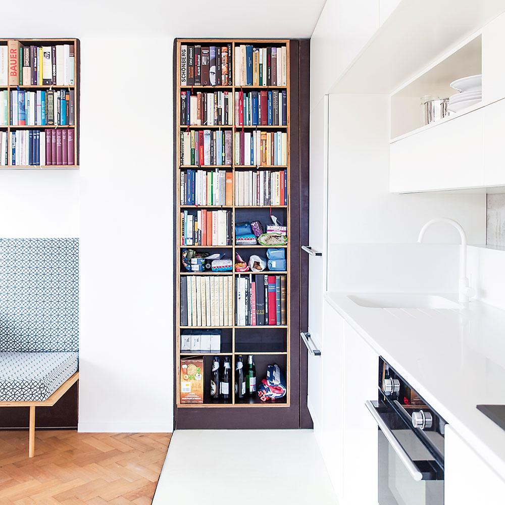 """Štýl 8 VKUCHYNI  Prečo nie? Vášniví kuchári azberatelia najrôznejších kuchárskych kníh by mali mať svoje """"kulinárske biblie"""" vždy poruke. Pri navrhovaní kuchyne im pokojne vyčleňte priestor na zabudovanú policovú stenu. Ideálne so sklenenými dvierkami, aby im neublížila voda či výpary."""