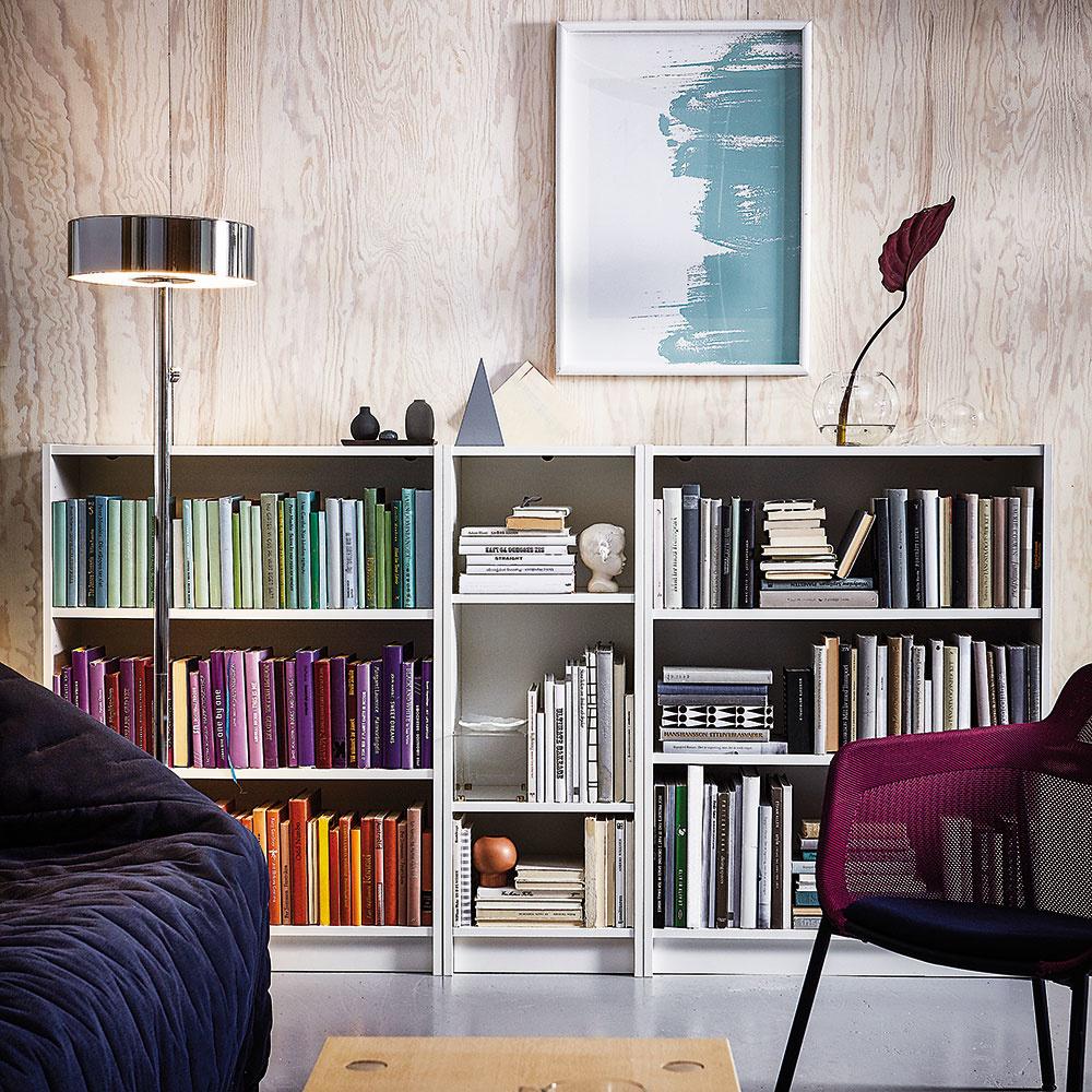 Štýl 10 NÍZKA  Nižší policový diel naplnený knihami bude vyzerať originálne, ak tituly vňom zoradíte podľa farieb. Takáto knižnica pekne vynikne na väčšej svetlej stene. Okrem kníh do nej môžete ukladať aj obľúbené spomienkové predmety či dekorácie azakaždým tak bude vyzerať inak. Knižnicu Billy predáva IKEA.