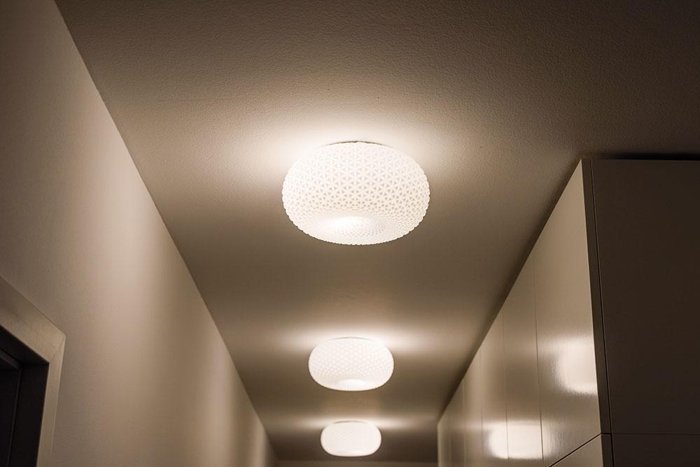 Dôležité detaily. Retro lampy sú zachráneným pokladom zpôvodného vybavenia bytu – perfektne doplnili dnešné jednoduché zariadenie predsiene. Poistky na horných dvierkach vstavanej skrine zabezpečujú, aby sa žiadna zlámp nerozbila pri neopatrnom otváraní.