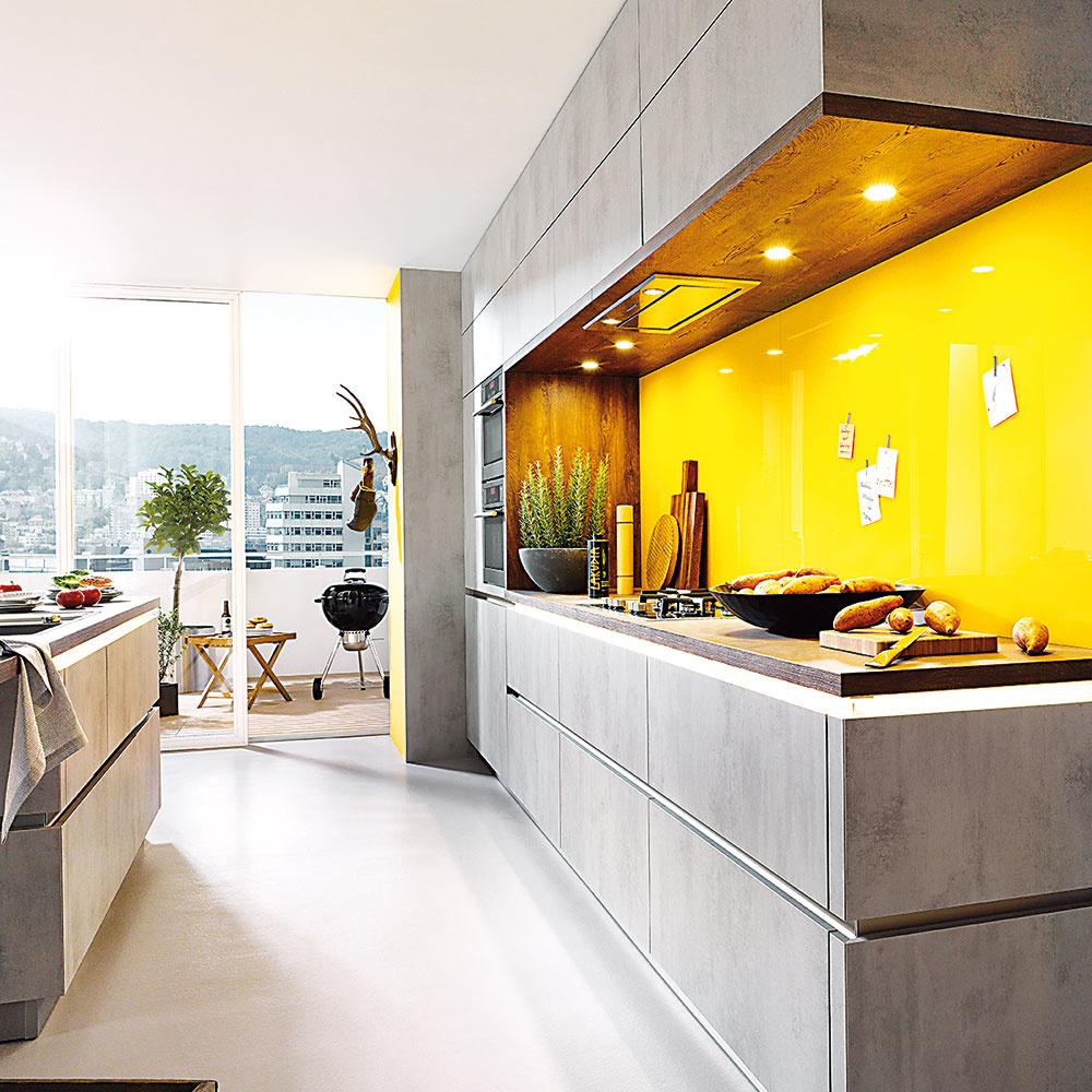 Štýl 1 HLBOKÉ  Štandardná hĺbka horných skriniek je 35 cm vprípade takmer všetkých výrobcov kuchýň, avšak novinkou na rok 2018 zportfólia kuchýň Schüller sú skrinky hlboké 56 cm. Spolu so spodnými skrinkami tvoria celistvý dizajn kuchyne aokrem toho majú aj viac úložného priestoru.