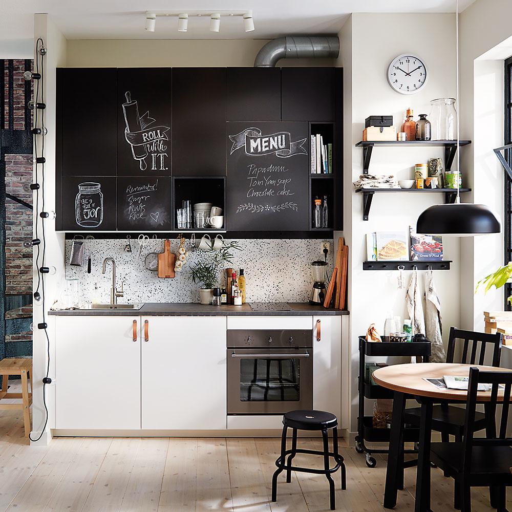 Štýl 3 KRIEDOVÉ  Kuchynské dvierka môžu slúžiť aj ako tabuľa, na ktorú si budete zapisovať obľúbené recepty či milé odkazy pre zvyšných členov domácnosti. Ozvláštnia vzhľad každej kuchyne, hoci len na jednej skrinke. Očistíte ich jednoducho vlhkou handrou. Predáva IKEA.