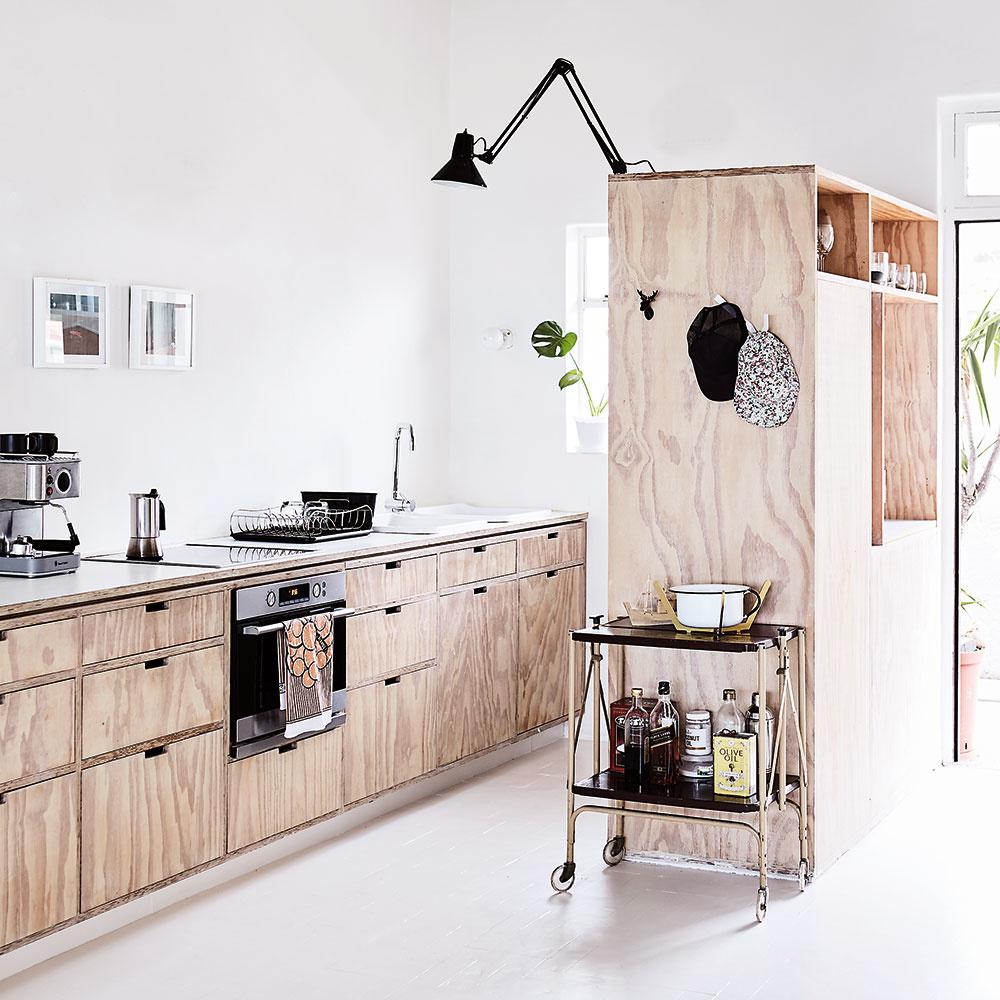 Štýl 5 VPRIESTORE  Úložný priestor vkuchyni nemusí visieť zaručene len na stene nad drezom. Tú pokojne ozdobte obrazmi askrinky na ukladanie tanierov apohárov umiestnite do priestoru, ak vám to dispozícia dovolí. Kuchyňa tak bude pôsobiť voľnejším dojmom.