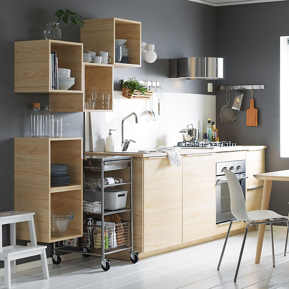 Štýl 7 ÚLOŽNÉ BOXY  Môžete ich namontovať do ľubovoľnej výšky, kam chcete akoľko chcete, ľahko vám umožnia dosiahnuť na veci avyzerajú nanajvýš originálne. Jedna môže slúžiť ako knižnica na kuchárske knihy, iná zasa na odkladanie riadu ado ďalšej vystavte svoje obľúbené kuchynské doplnky. Predáva IKEA.