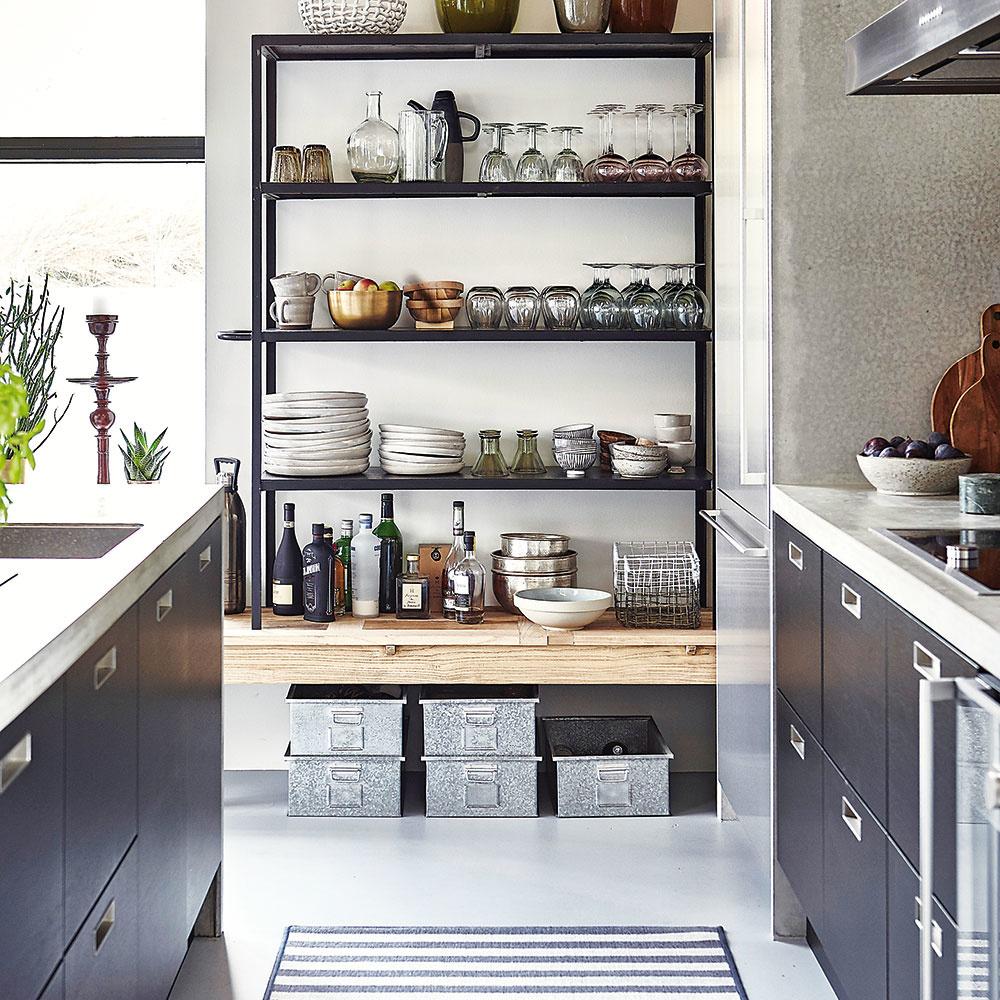 Štýl 8 REGÁL  Všetky kuchynské doplnky apomôcky pekne prehľadne na jednom mieste. To docielite vďaka kovovému či drevenému regálu, ktorý na bielej stene bude pôsobiť vkaždej kuchyni zaujímavo. Opäť vyzdvihujeme mimoriadnu praktickosť, ktorú pri varení či servírovaní získate tým, že nemusíte otvárať azatvárať dvierka.