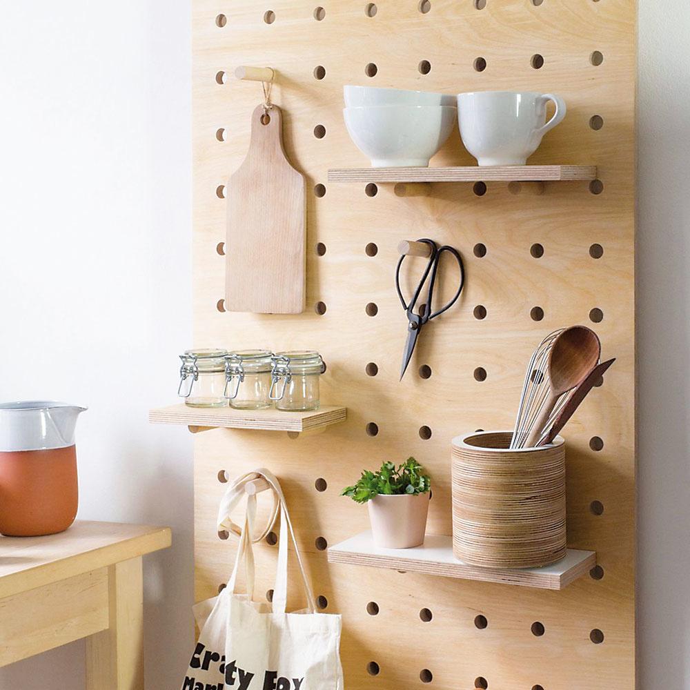 """Štýl 10 ORGANIZÉR  Táto dizajnová """"vychytávka"""" plná dierok si našla uplatnenie takmer vkaždej miestnosti. Výnimkou nie je ani kuchyňa. Poličky si vďaka variabilnému systému rozhodíte podľa potreby apotom organizér už len naplníte tým, čo používate najčastejšie. Pekná apraktická """"výzdoba"""" kuchynskej steny je na svete. Viac na design-milk.com."""
