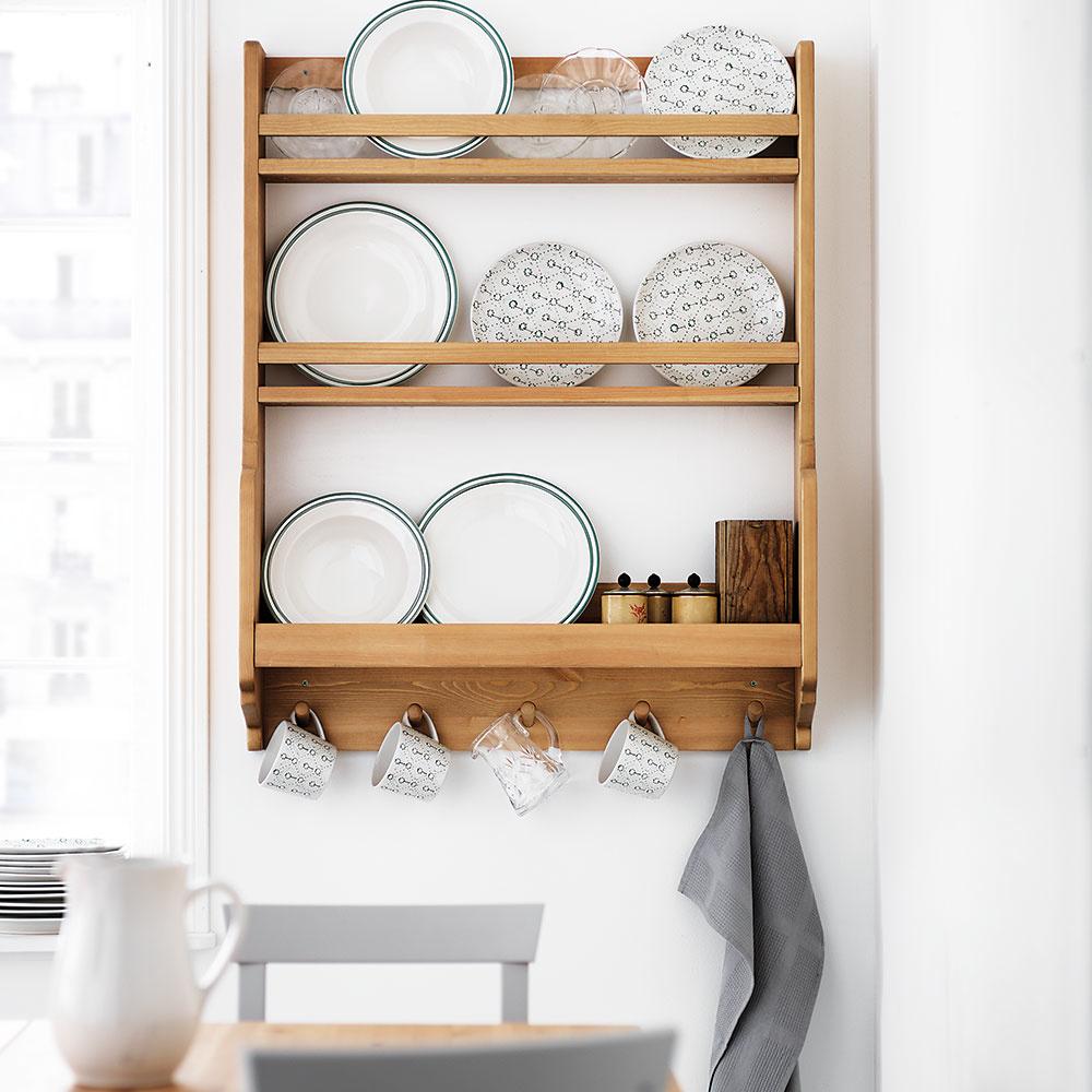 Štýl 9 AKO KEDYSI  Tak toto je riešenie pre milovníkov vidieckeho štýlu bývania. Kde inde najkrajšie vyniknú taniere po babičke ako votvorenej nástennej drevenej poličke? Môžete ju namontovať neďaleko jedálenského stola avšetky hrnčeky ariady budete mať pekne poruke. Predáva IKEA.