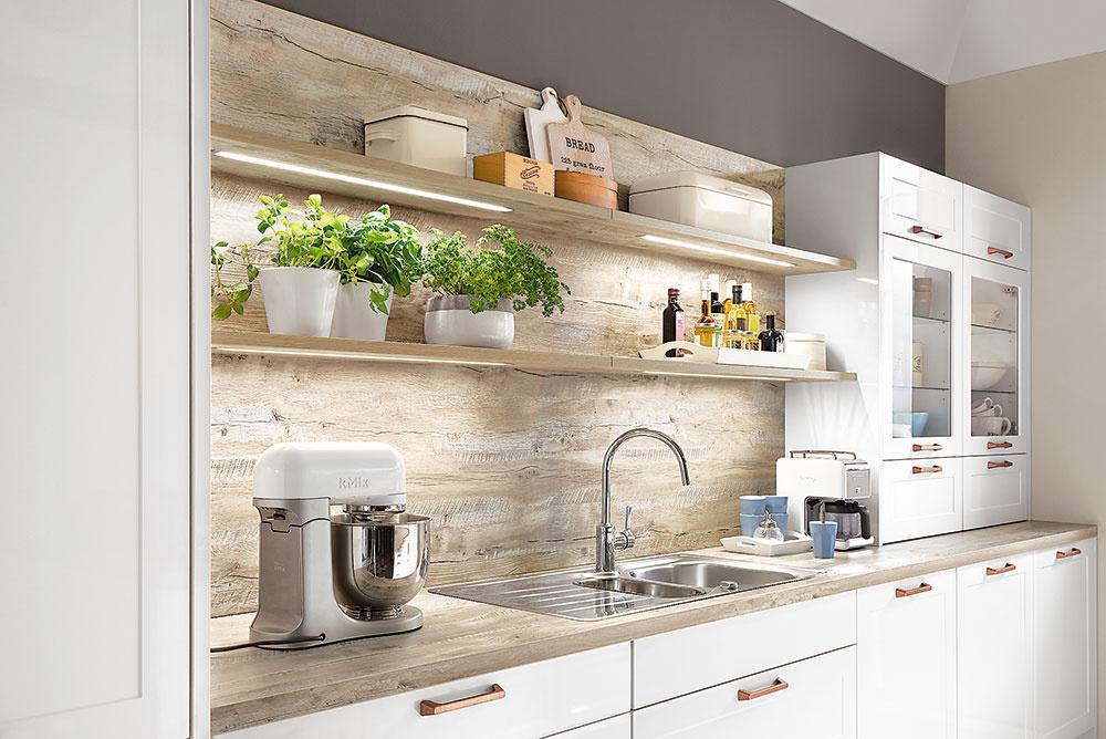 Štýl 11 POLOŽENÉ  Kto povedal, že skrinky musia byť zakaždým primontované na stenu? Mohutnejšiu skrinku pokojne položte rovno na kuchynskú linku. Aby nepôsobila príliš ťažkopádne, časť nechajte zasklenú. Takáto kombinácia bude možno niekomu pripomínať kuchynský kredenc ako zprababkinej kuchyne. Kuchyňu Tina predáva Siko.sk.