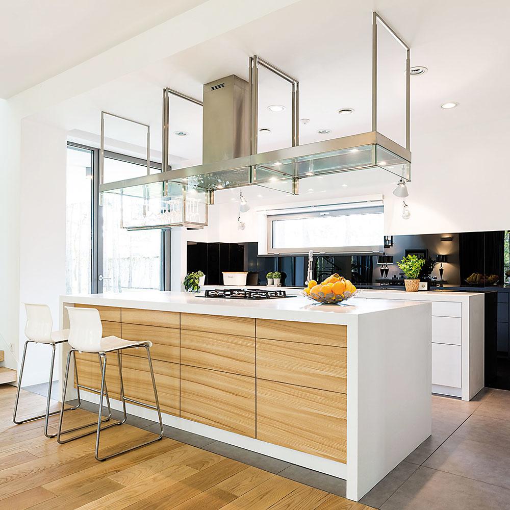 Štýl 12 VISIACE  Hitom vusporiadaní moderných kuchýň sú aj skrinky či úložné systémy visiace zo stropu. Najčastejšie ich vidno nad kuchynskými ostrovmi. Pôsobia vzdušne aich obsah je dostupný zkaždej strany. Rám tvorí väčšinou kovová konštrukcia apolice môžu byť zdreva či zo skla.